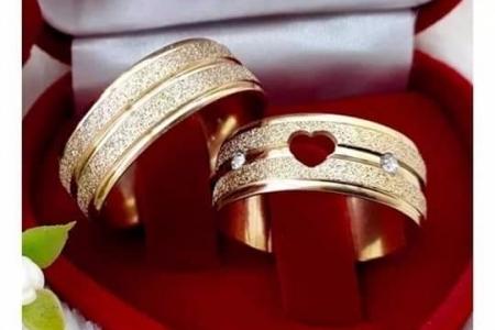 alianças folhados a ouro